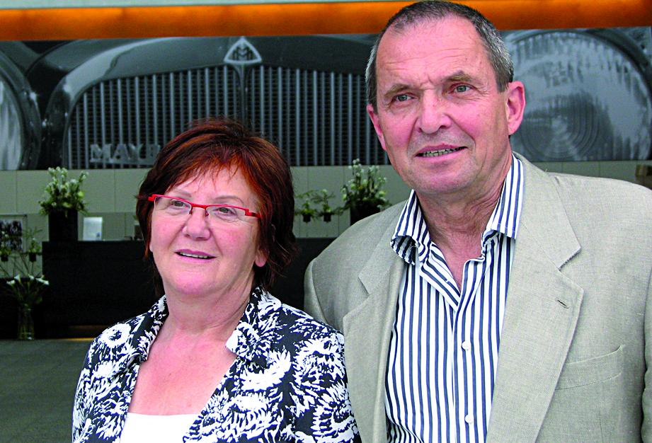 Anna und Helmut Hofmann vor ihrem Maybach-Museum in Neumarkt. 2