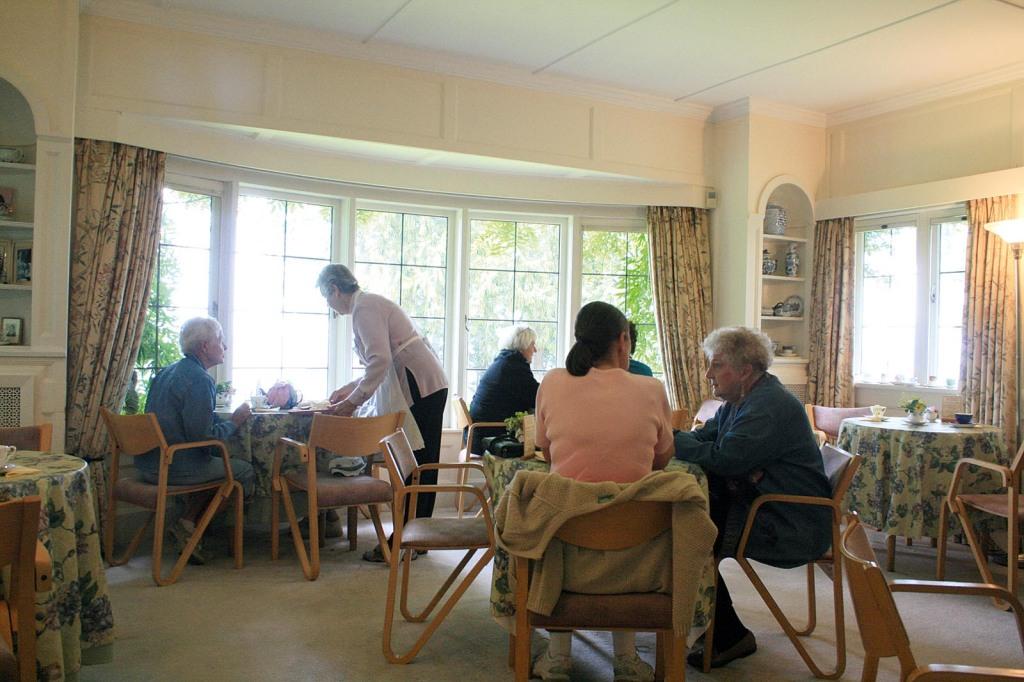 Teatime im Haus von Lady Milner.Milner Gardens and Woodland