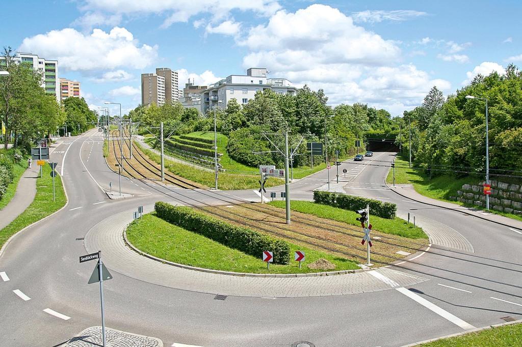 Kreisverkehr mit Schienenkreuzung in Stuttgart-Neugereut