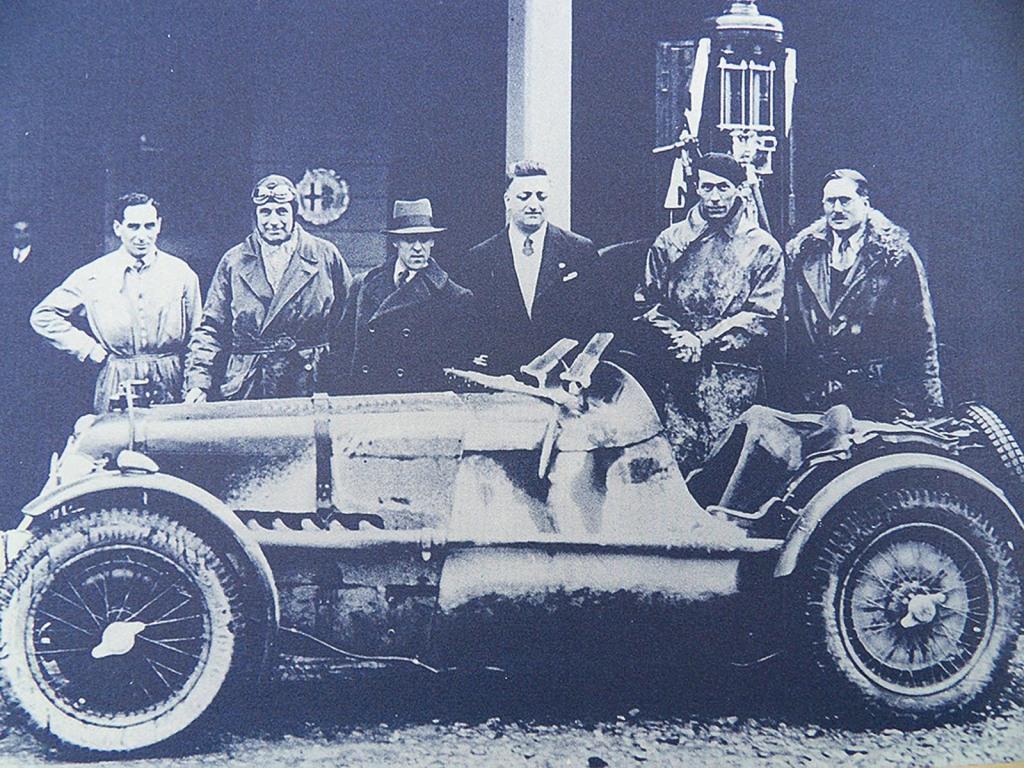 Enzo Ferrari und der Besuch des MG-Team 1933 Mille Miglia 2.v.l. Earl How und 2.v.r. Georg Eyston