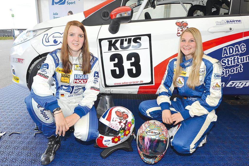 Julia (links) und ihr größter Fan - ihre Schwester Kirstin.