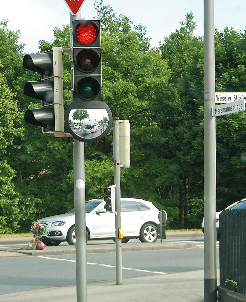 Das Foto aus dem Selbstversuch beweist: Durch den neuartigen Spiegel kann kein Radfahrer oder Fußgänger mehr im toten Winkel vor oder neben dem Wohnmobil verschwinden.