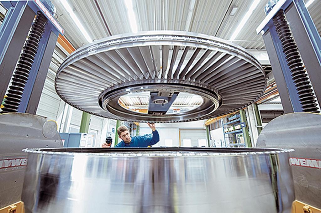 Montage der Niederdruckturbine des Triebwerks GP7000 bei der MTU Aero Engines in München.
