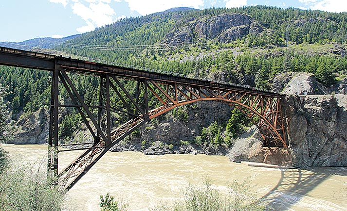 38_X_FRASER_RIVER._Kühne_Konstruktion_die_CISCO_Brücke_247_Meter_langüber_den_Fraser_River.F.B.Mei