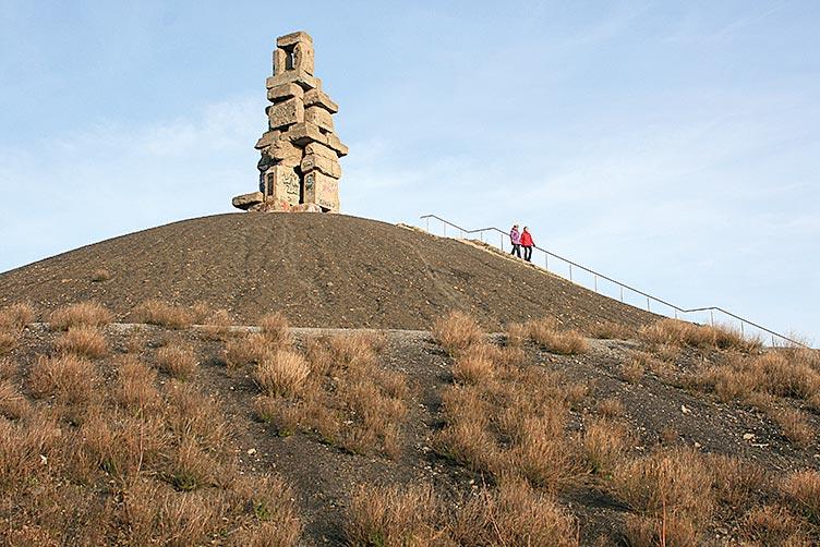 GELSENKIRCHEN Halde Rheinelbe mit Skulptur HIMMELSTREPPE von Herman Prigann. Foto. B. Meier