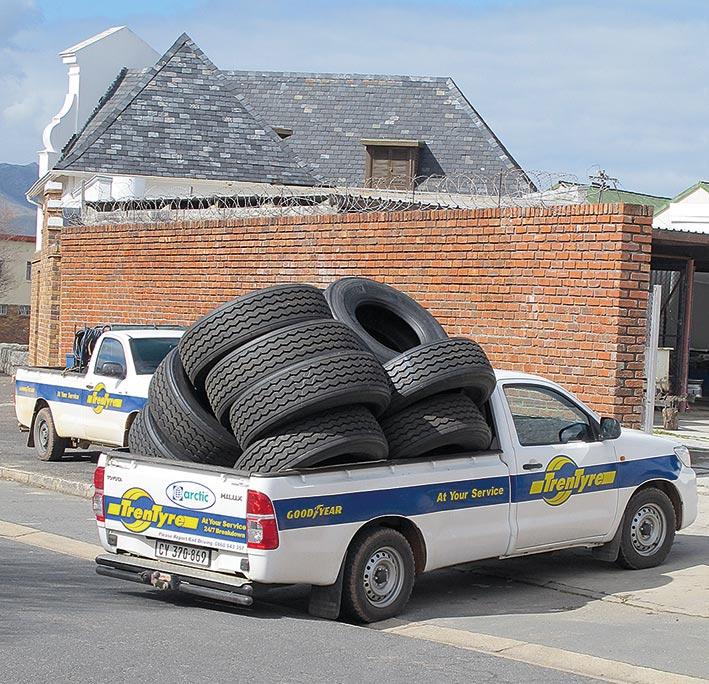 Vorschriften zur Ladungssicherung oder zur zulässigen Nutzlast werden oft großzügig ausgelegt oder sogar völlig ignoriert – wie bei diesem Reifen-Transport, für den es auch noch einen zweiten Pick-up gegeben hätte.