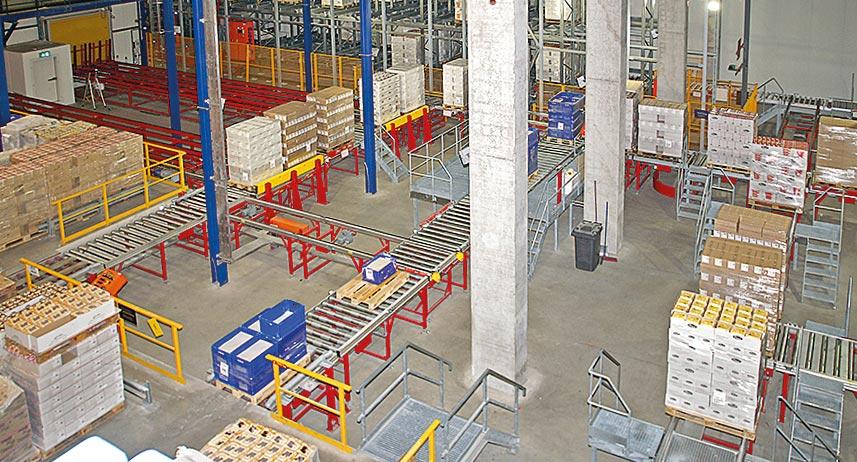 Die Warenannahme von den größten Kunden erfolgt vollautomatisch – einschließlich des Entladens der Lkw. Foto: Gregor Mausolf