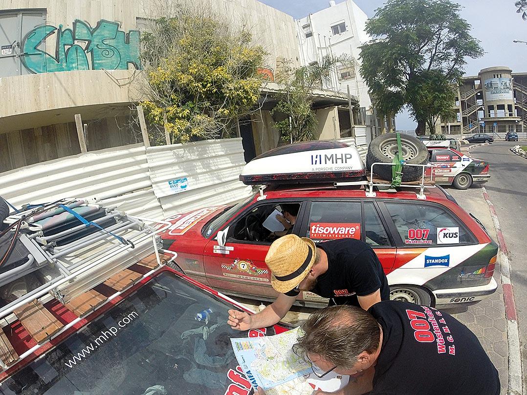 Lagebesprechung und Routenplanung in Haifa.