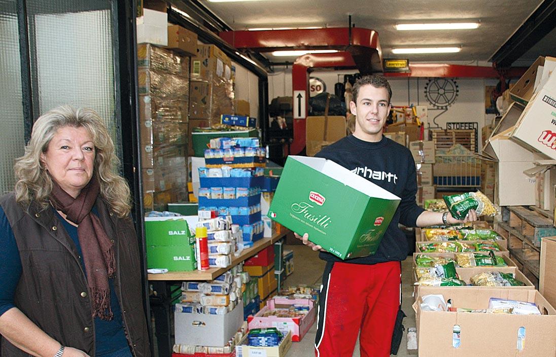 Edith und Alexander Stoffel machen Grundnahrungsmittel transportfertig.
