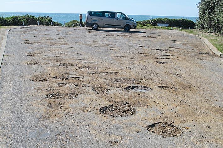 Autofahrer-Himmel und -Hölle liegen bei der Fahrt durch Südafrika oft dicht beieinander: Aufwendig ausgebaute Straßen wie der Costal Highway R44 ostwärts von Kapstadt stehen im Kontrast zu extrem vernachlässigten Pisten in Nationalparks oder Ortschaften.