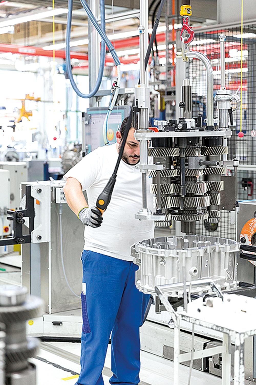 ZF, Montage TraXon Getriebe +++ Division T / Nutzfahrzeugtechnik, Produkte, Produktion, Direkter Mitarbeiter