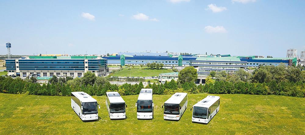 Die Omnibusproduktion im Mercedes-Benz Werk in Istanbul-Hosdere mit dem aktuellen Produktportfolio Mercedes-Benz Tourismo, Intouro, Travego, Setra UL business und Mercedes-Benz Connecto (li nach re).