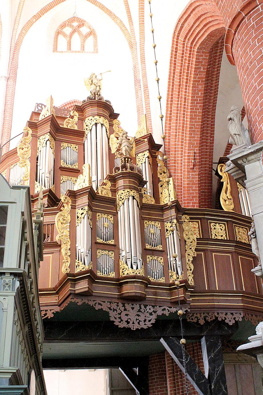 NORDEN.Am südöstl. Vierungspfeiler ist d. Orgel d. Ludgerikirche.Foto.B.Meier.2.2015