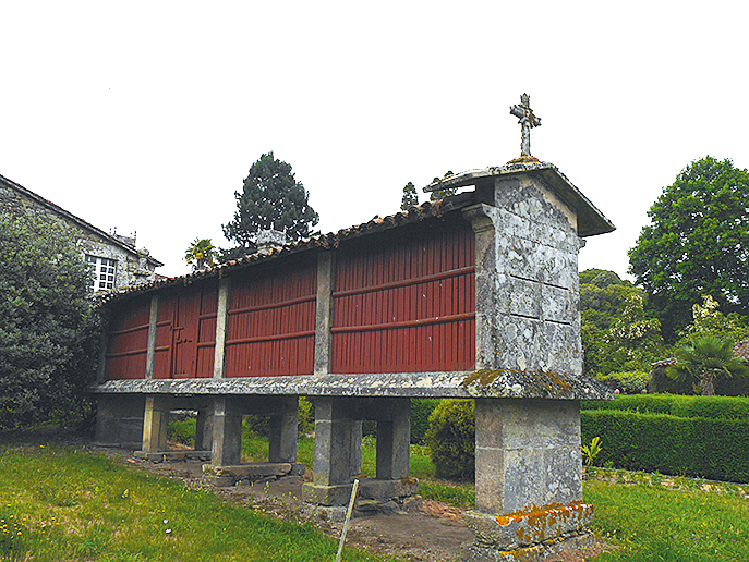 Typische Horrios_ Getreidespeicher aus dem 18._19.Jh. finden sich in fast allen Parkanlagen und in einigen Dörfern Galiciens_rwg