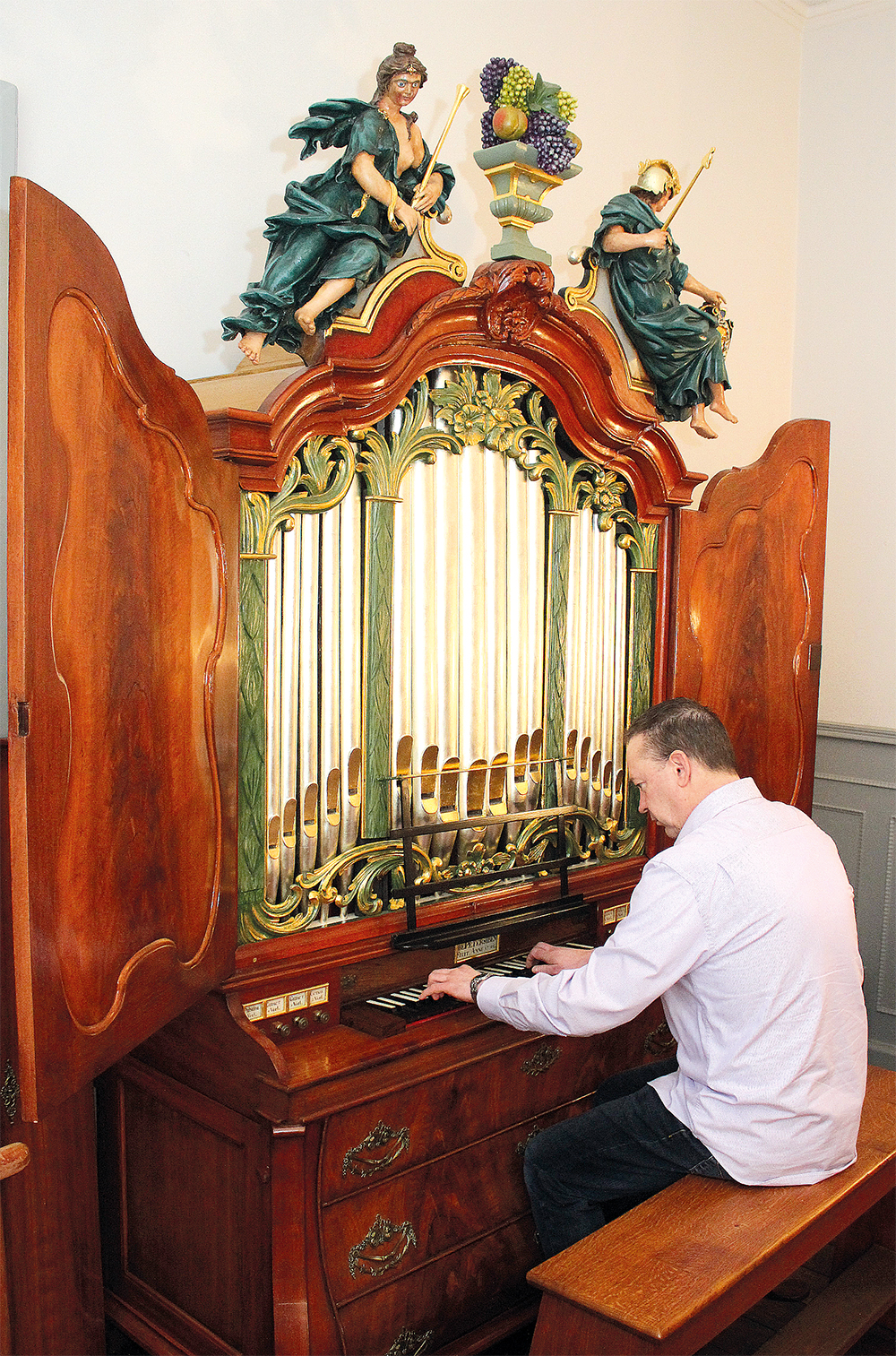WEENER. Im ORGANEUM steht d. Kabinett-Orgel aus Emden v.1790. Organist LUDOLF HEIKENS.Foto.B.Meier.2.2015