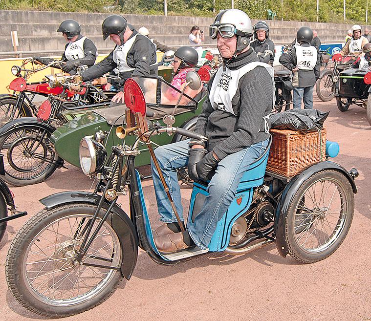 Ältere Motorrad-Liebhaber, wie Henk Westerhof aus den Niederlanden, wissen die Dreiräder aus Frankreich zu schätzen. Auch bei eingeschränkter Mobilität ermöglichen sie eine Teilnahme an Oldtimer-Treffen. Hier eine Monet & Goyon Automouche GZA, Baujahr 1924. Der 250-ccm-Motor leistet 3 PS – ausreichend für eine Höchstgeschwindigkeit von 60 km/h.