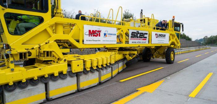 Road Zipper baut Baustellenführung im fließenden Verkehr um